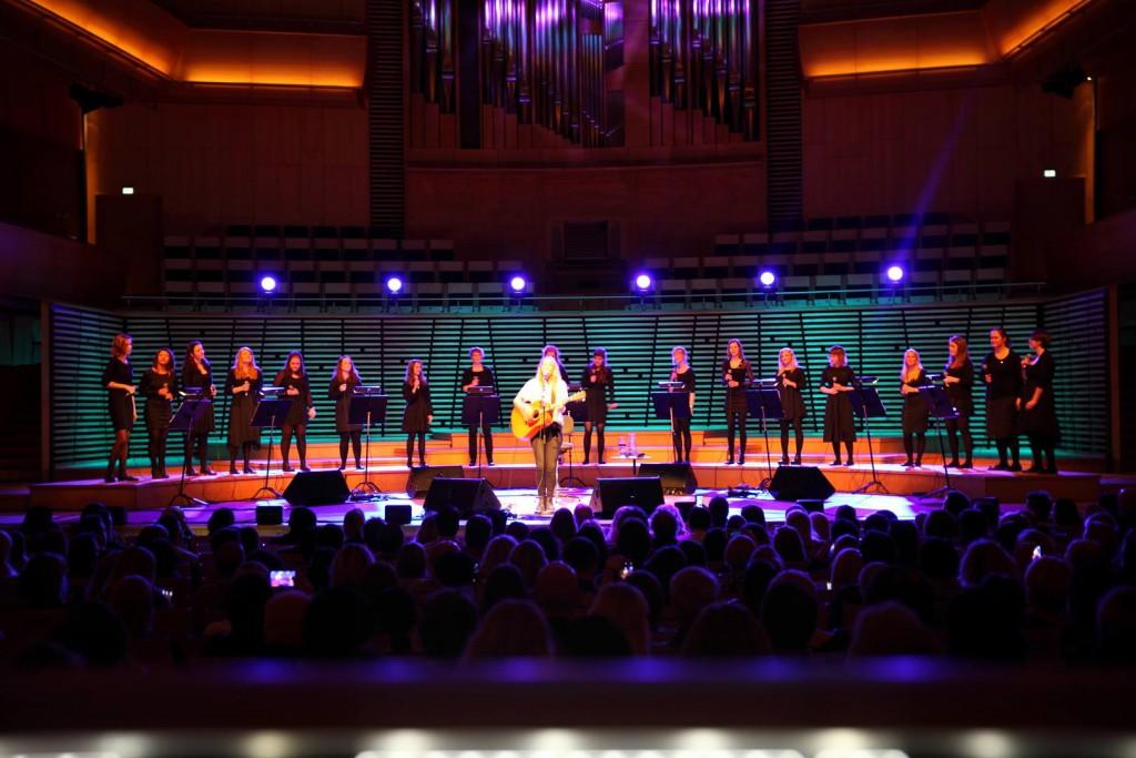Jentene våre som synger sammen med Lissie i konserthuset